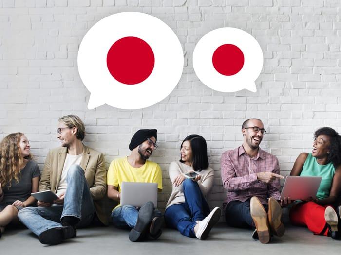 أشخاص يتعلمون اليابانية