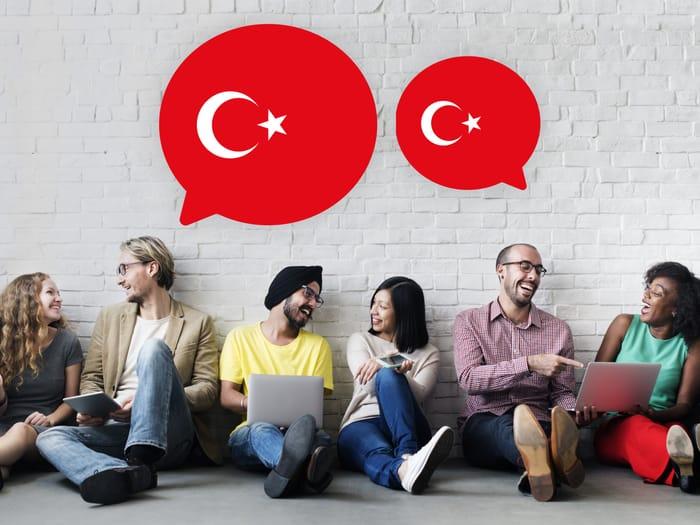 लोग तुर्की सीखते हुए