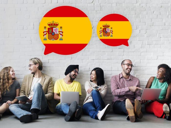 लोग स्पेनिश सीखते हुए