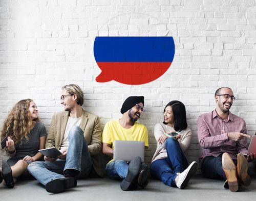 Imagen que muestra a personas aprendiendo ruso