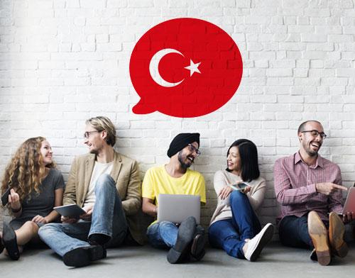 Imagen que muestra a personas aprendiendo turco