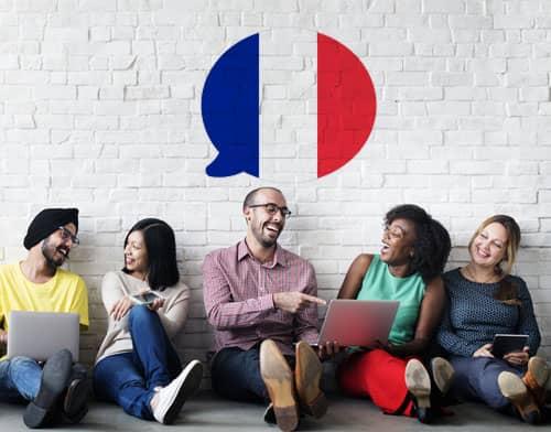 Imagen que muestra a personas tomando una clase de francés tras utilizar Mondly